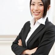 Businessfrau mit schwarzem Blazer